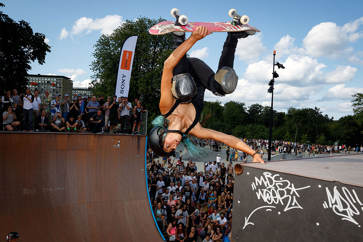 Skateboarder_Lizzie_Armanto_in_action_-_Denmark_2015.jpg